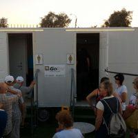 נשים וגברים עומדים בטור לשירותים ניידים