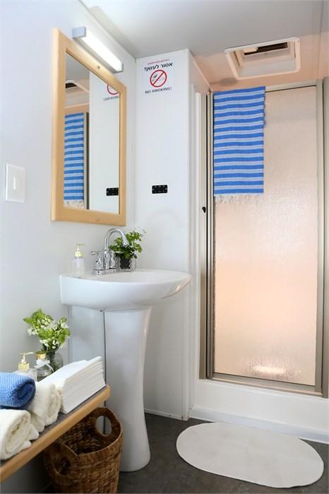 מקלחת ניידת מעוצבת ומאובזרת