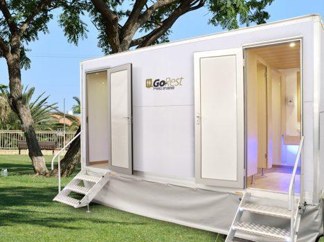 תאי שירותים ניידים 4 תאים על מדשאה ירוקה