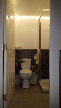 תא הכולל שירותים ומקלחון