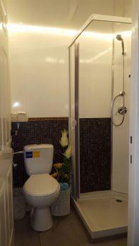 קרון נייד הכולל שירותים ומקלחת