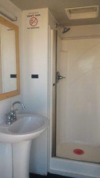 קרון מקלחת עם דוש וכיור