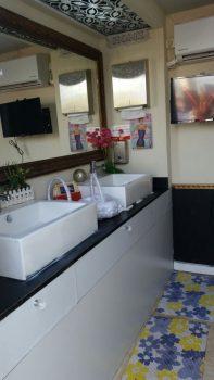 מראה, שטיחונים ודקורציה שתוך קרון שירותים נייד