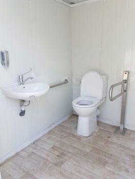 תא שירותים ניידים נגיש לנכים