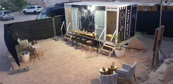 תאי שירותים ניידים מבית גורסט באירוע שהתקיים במדבר - מבט על