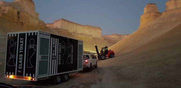 שירותים ניידים מבית גורסט באירוע שהתקיים במדבר