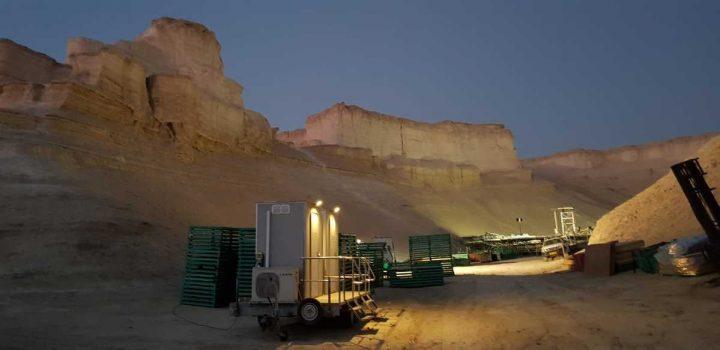 תא שירותים ניידים מבית גורסט באירוע שהתקיים במדבר - מבט צד