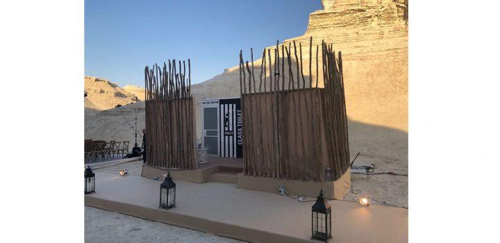 כניסה מעוצבת לאיזור תאי שירותים ניידים באירוע שהתקיים במדבר