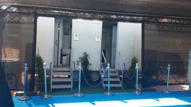 תא שירותים ניידים 6 תאים באירוע אליפות העולם בלקרוס - מבט קדמי