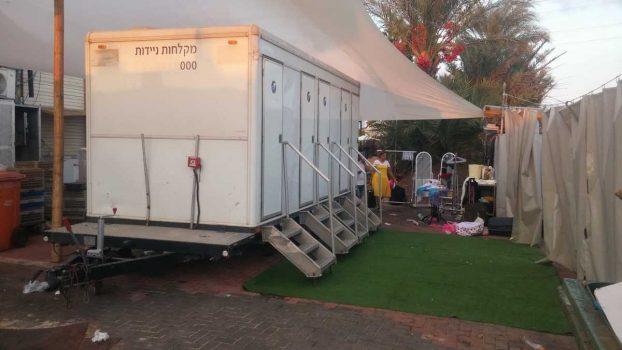 קרון מקלחות ניידות המכיל 4 תאים מבית גורסט באירוע עם 150 משתתפות - מבט צד