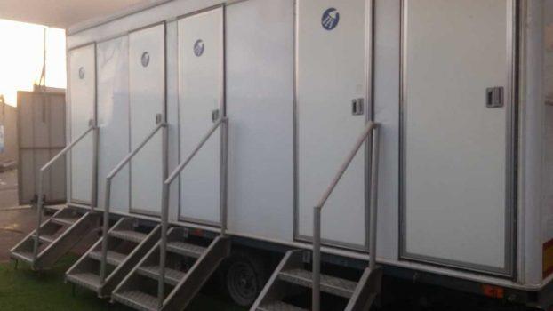 קרון מקלחות ניידות המכיל 4 תאים מבית גורסט באירוע עם 150 משתתפות