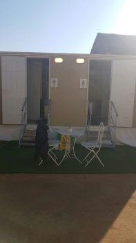 תאי השירותים הניידים וכיסאות עם שולחן לנוחות מירבית