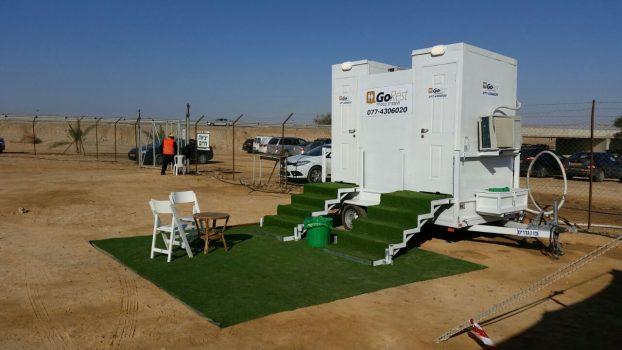 קרון 2 תאים המסודר עם דשא וכיסאות