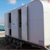 קרון שירותים ניידים בחוף הים