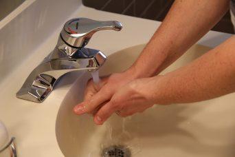 שטיפת ידיים בכיור